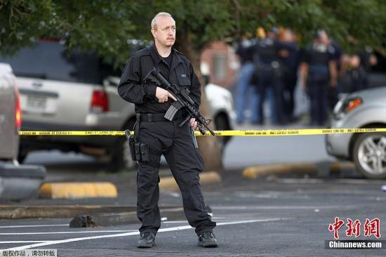 图为警方在嫌疑人住宅周边戒严。
