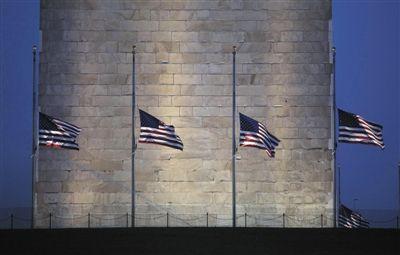 7月21日,华盛顿纪念碑前降半旗悼念枪击案遇难者。