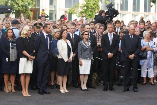 当地时间2012年7月22日,挪威奥斯陆,挪威首相斯托尔滕贝格与挪威王室成员出席在教堂举行的纪念活动,会见遇害者家属。