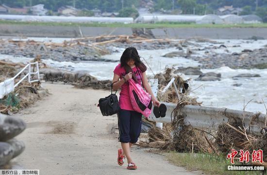据日本媒体7月16日报道,日本九州北部近日遭遇特大暴雨,导致熊本、大分、福冈等县相继发生河流泛滥及山体滑坡,造成数十人死亡。图为7月16日拍摄的受灾地区灾情。