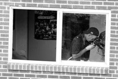 7月21日,联邦调查局特工在霍姆斯居住的公寓内取证。新华社/美联