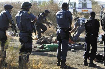 8月16日,南非警方包围在被枪击的示威矿工周围。