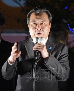 日本民主黨黨首、首相野田佳彥在JR大阪站前發表街頭演說。