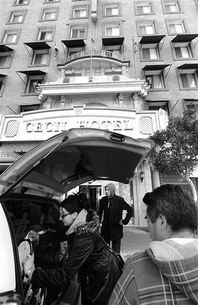 20日,美国洛杉矶,塞西尔酒店房客萨拜娜乘出租车离开酒店。由于担心水质受到污染,目前已有27户房客离开塞西尔酒店。