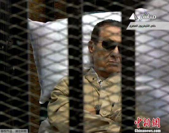 资料图:2012年6月2日,埃及法院对前总统穆巴拉克被控下令武力镇压示威者案做出判决。大法官艾哈迈德•里法特Ahmed Rifaat宣布,穆巴拉克被判终身监禁。图为穆巴拉克在庭审现场。(视频截图)