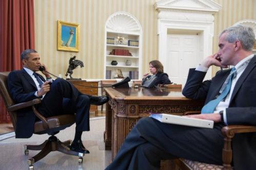 美国总统奥巴马与国土安全顾问莫纳克和白宫幕僚长麦克唐纳一起应对波士顿爆炸事件。