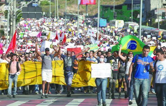 当地时间17日,超过20万巴西人走上街头,抗议政府上调公交票价及巨额体育赛事支出。图为贝洛哈里桑塔市的抗议人群。