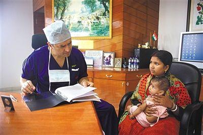 2012年11月,印度班加罗尔,医生正在问诊。