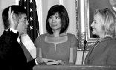 2011年8月1日,骆家辉(左)在美国时任国务卿希拉里(右)主持下正式宣誓就任驻华大使