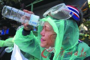 一名反政府示威者在冲洗催泪弹刺激物。