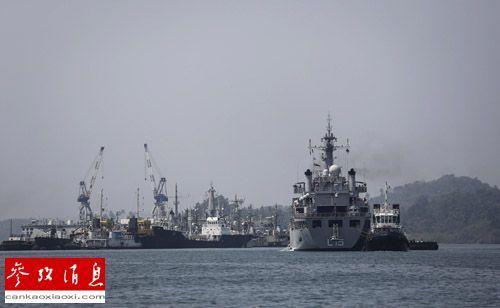17日,参与搜救马航MH370客机的印度军舰返回安达曼群岛布莱尔港。(路透社)