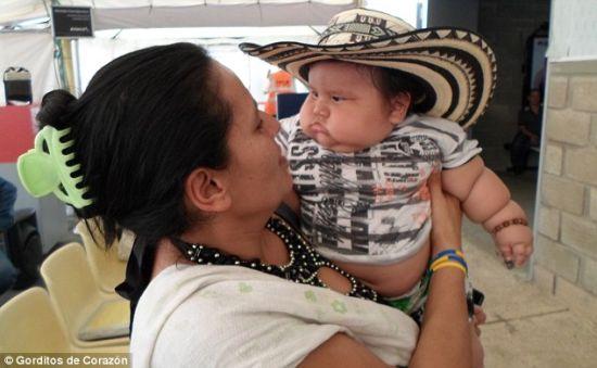 小门多萨的母亲解释说,孩子一哭自己就赶紧喂他食物。目前小家伙存在患糖尿病、高血压和关节疾病的风险。(图片来源:英国媒体)