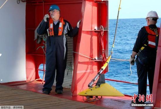 """澳大利亚国防部4月5日公布照片,以澳大利亚为首的搜索团队开始利用拖曳声波定位仪在南印度洋进行水底搜索,试图捕捉机上""""黑匣子""""航空记录仪的信号。"""