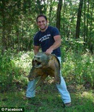 美国垂钓者意外捕获大鳄龟面相狰狞超恐怖[1]-