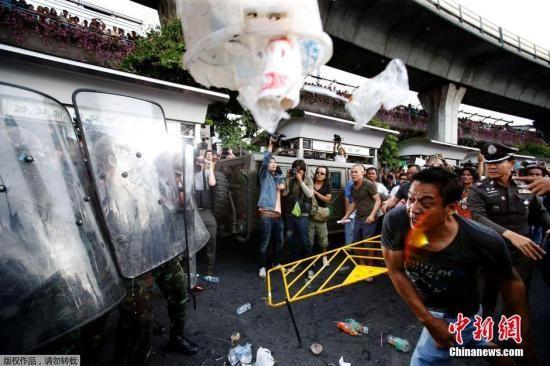 当地时间5月28日,泰国曼谷,示威者们发起集会抗议军事政变,并和军方产生了激烈冲突。最终军方成功将部分示威者逮捕。