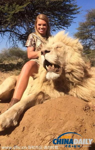 美国小女孩超大胆 与非洲猛兽合影霸气外露
