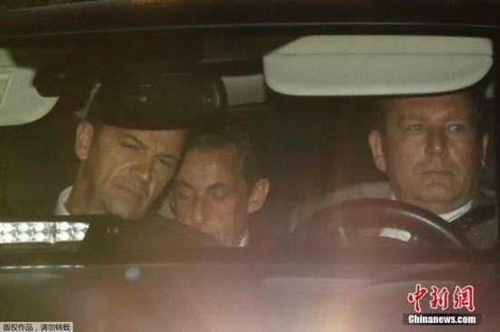 当地时间2014年7月1日,法国巴黎,法国前总统萨科齐在警察陪同下抵达金融调查部门。7月1日萨科齐因涉嫌腐败遭法国警方羁押,这是法国历史上首次有前总统因涉嫌腐败遭警方羁押。