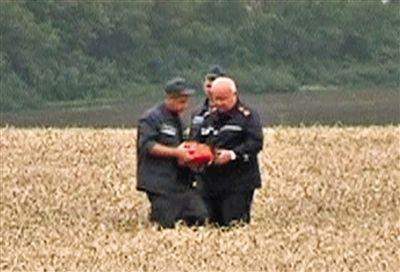 乌反政府武装20日表示,他们已经找到了疑似客机黑匣子的物体。 视频截图