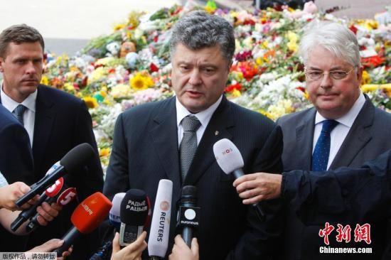 当地时间7月21日,乌克兰基辅,乌克兰总统波罗申科在荷兰驻乌克兰大使馆外悼念马航MH17遇难者。