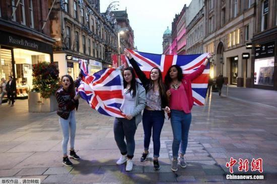当地时间13日,苏格兰独立公投赞成和反对两个阵营,都各自在投票前最后一个周六举办了大型街头宣传活动争取支持。