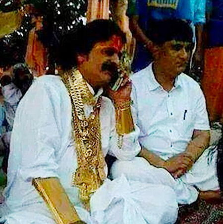 婚礼在印度安得拉邦蒂鲁伯蒂市举行,新娘的父亲借机炫耀他收藏的巨大金链。(网页截图)