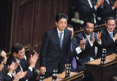 12月24日,在日本东京国会众议院,自民党总裁安倍晋三(中)当选日本首相后向议员致意。新华社发