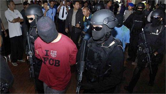 1月14日,雅加达机场,印尼反恐特警押送抓获7名恐怖分子(资料图)