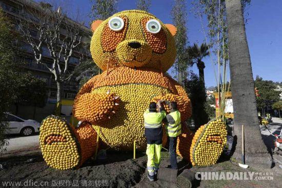 工作人员们在第82届柠檬节期间用柠檬和橙子摆出一只巨型熊猫.