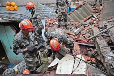 昨日,加德满都,一处因地震坍塌的楼房里,中国人民解放军十四集团军某工兵团地震救援队30多名救援队员,带着生命探测仪等设备实施救援。新京报首席记者 陈杰 摄