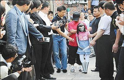 2010年6月,涉嫌性侵小学女生的韩国男子金某,在警方的羁押下回到作案现场,用假人演示作案经过。