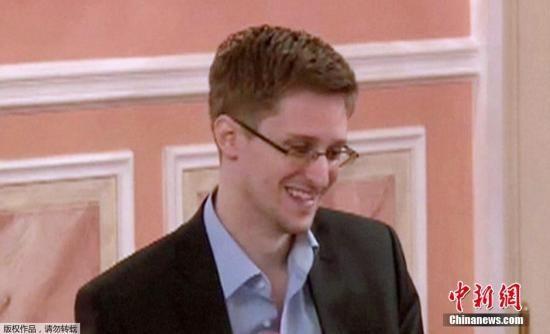 当地时间8月13日,美国大规模监控计划揭秘者斯诺登接受美国《连线》杂志(Wired)专访文章面世,备受各界瞩目。《连线》同时公布登载斯诺登专访的杂志封面,是斯诺登怀抱美国国旗的形象。
