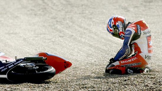 图文:摩托车手摔车