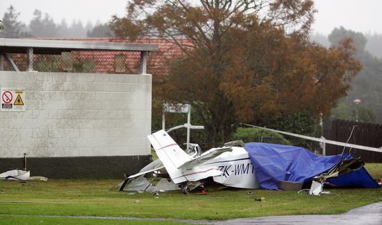 图文:坠落在房屋旁的飞机残骸