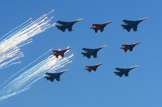 图文:俄罗斯飞机编队飞越红场上空