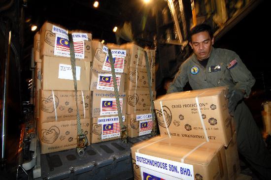 图文:吉隆坡工作人员把救灾物资运上飞机