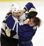 图文:冰球队选手大打出手