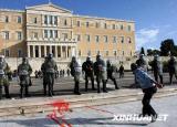 组图:希腊骚乱耗光全国催泪弹