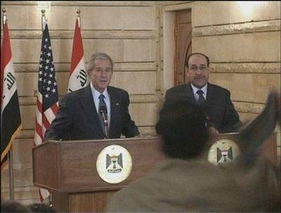 布什在伊拉克出席记者会遭扔鞋袭击(组图)