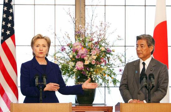 组图:希拉里与日本外相举行联合新闻发布会