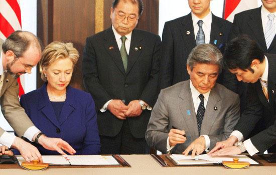 组图:美日签署驻冲绳美国海军迁移至关岛协定