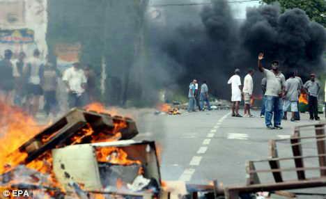 法国海外属地骚乱者要求结束白人统治(组图)