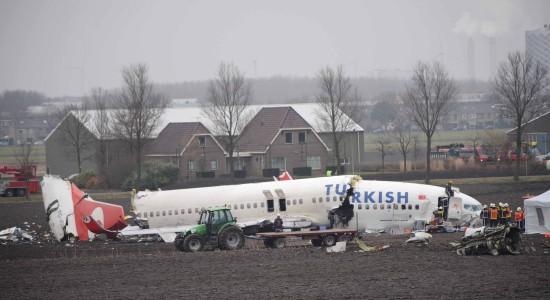 图文:救援人员处理失事飞机残骸