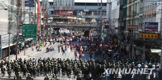 泰国军队武力驱散红衫军导致大约70人受伤