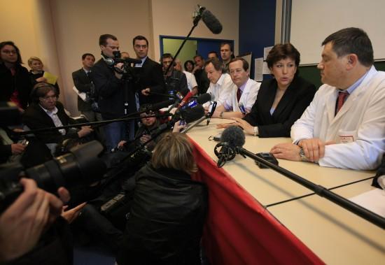 图文:法国卫生部长回答记者提问