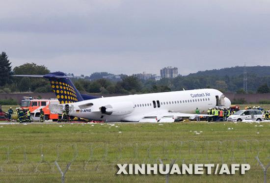 组图:德国斯图加特机场一架客机紧急迫降