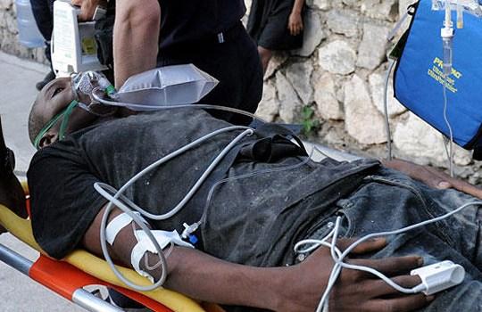 组图:海地男子地震遭埋11天后生还