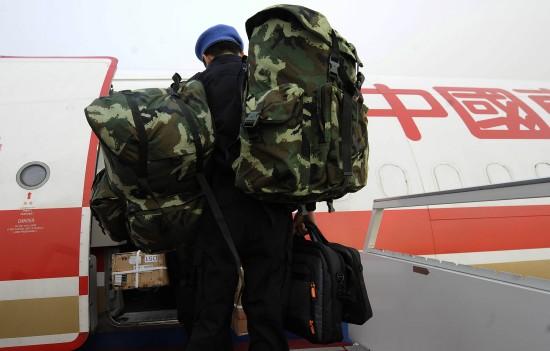 图文:队员在北京首都机场登机