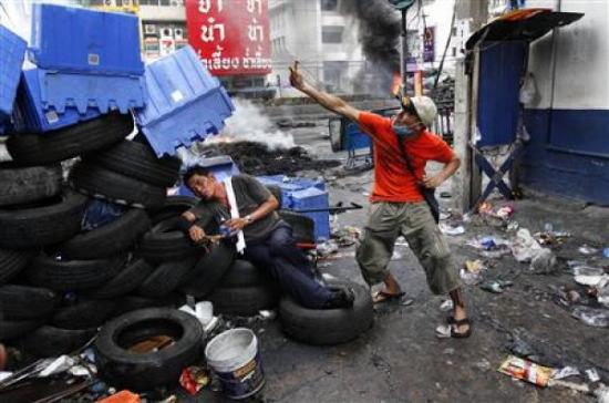 泰国反政府者用弹弓攻击