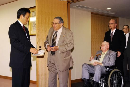 日本向6位二战美军战俘道歉(组图)