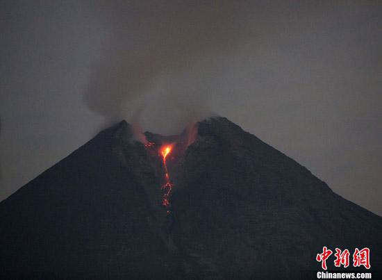 印尼火山再度喷发海啸已致近450人遇难(组图)